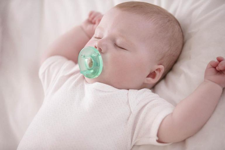 Lợi ích của việc sử dụng ti giả giúp bé ngủ sâu giấc