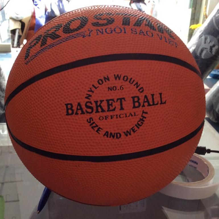 Quả bóng rổ có đường kính 750 - 780 cm và trọng lượng 567 - 650 gram