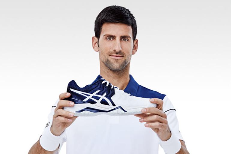 Giày tennis không thể thiếu khi chơi tennis