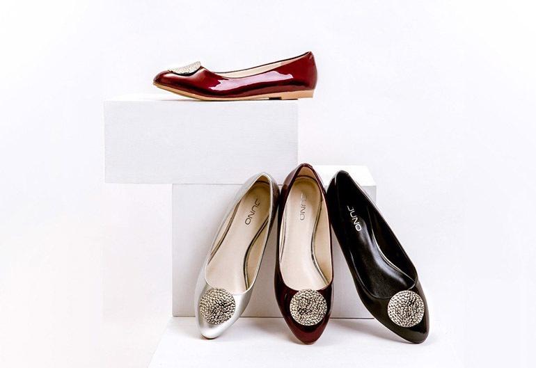 Giày búp bê mũi nhọn phối kim loại trang trí