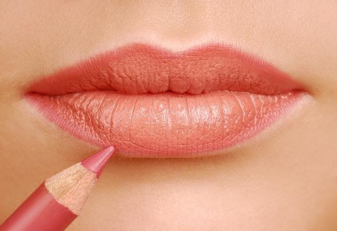 Hướng dẫn cách vẽ viền môi bằng chì kẻ môi
