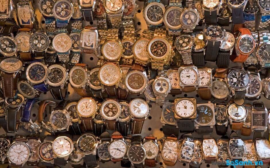 Đồng hồ rởm thường được trưng bày theo kiểu từng đống, và không được bảo quản trong những chiếc hộp sang trọng