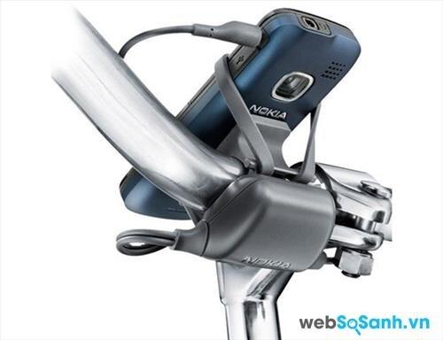 Để an toàn mà vẫn phục vụ được mục đích nghe nhạc, bạn nên gắn máy phát nhạc tại tay lái