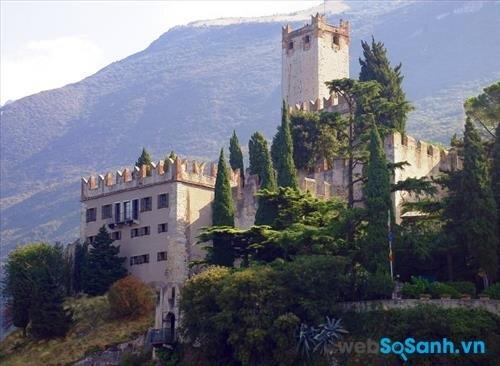 Garda là một thành phố giàu có với phong cảnh tuyệt vời, các tòa nhà cổ đầy sức mê hoặc và nhiều lâu đài tuyệt đẹp