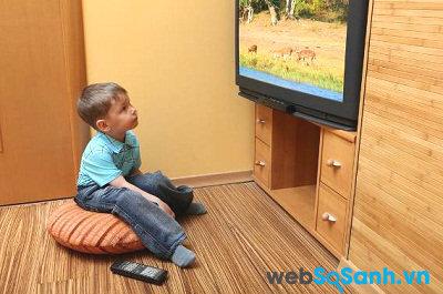Trẻ em dễ bị cuốn hút bởi hình ảnh sinh động trên TV. Nguồn Internet.