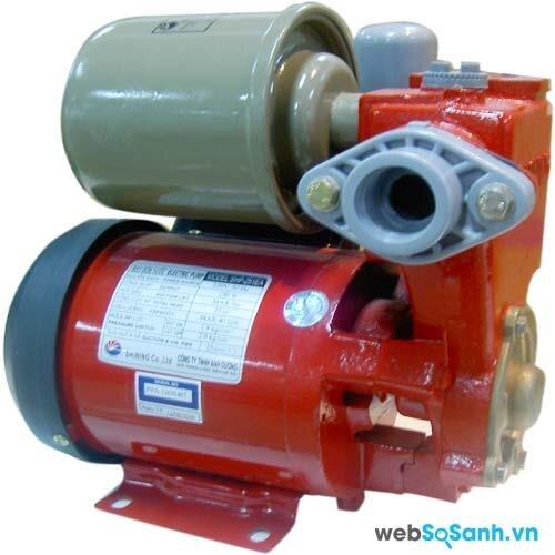 Mỗi loại máy bơm chỉ phù hợp với một loại điện áp, bạn cần hết sức chú ý, tránh dùng sai nguồn điện, gây chập cháy nghiêm trọng