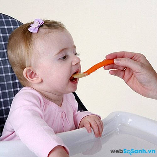 Bé làm quen với thức ăn tăng dần độ thô