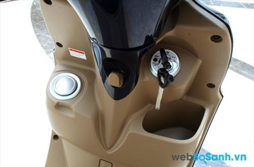 Bình xăng và hốc chứa đồ đầu xe