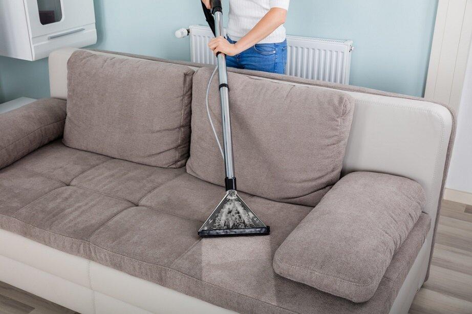 Sử dụng máy hút bụi để vệ sinh ghế sofa