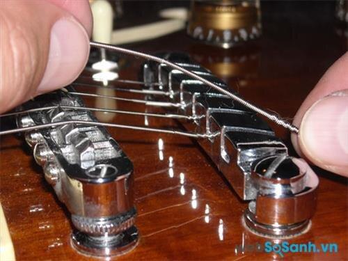Cấu tạo của đàn sử dụng dây kim loại và dây nilon không giống nhau, không nên thay chất liệu dây đàn