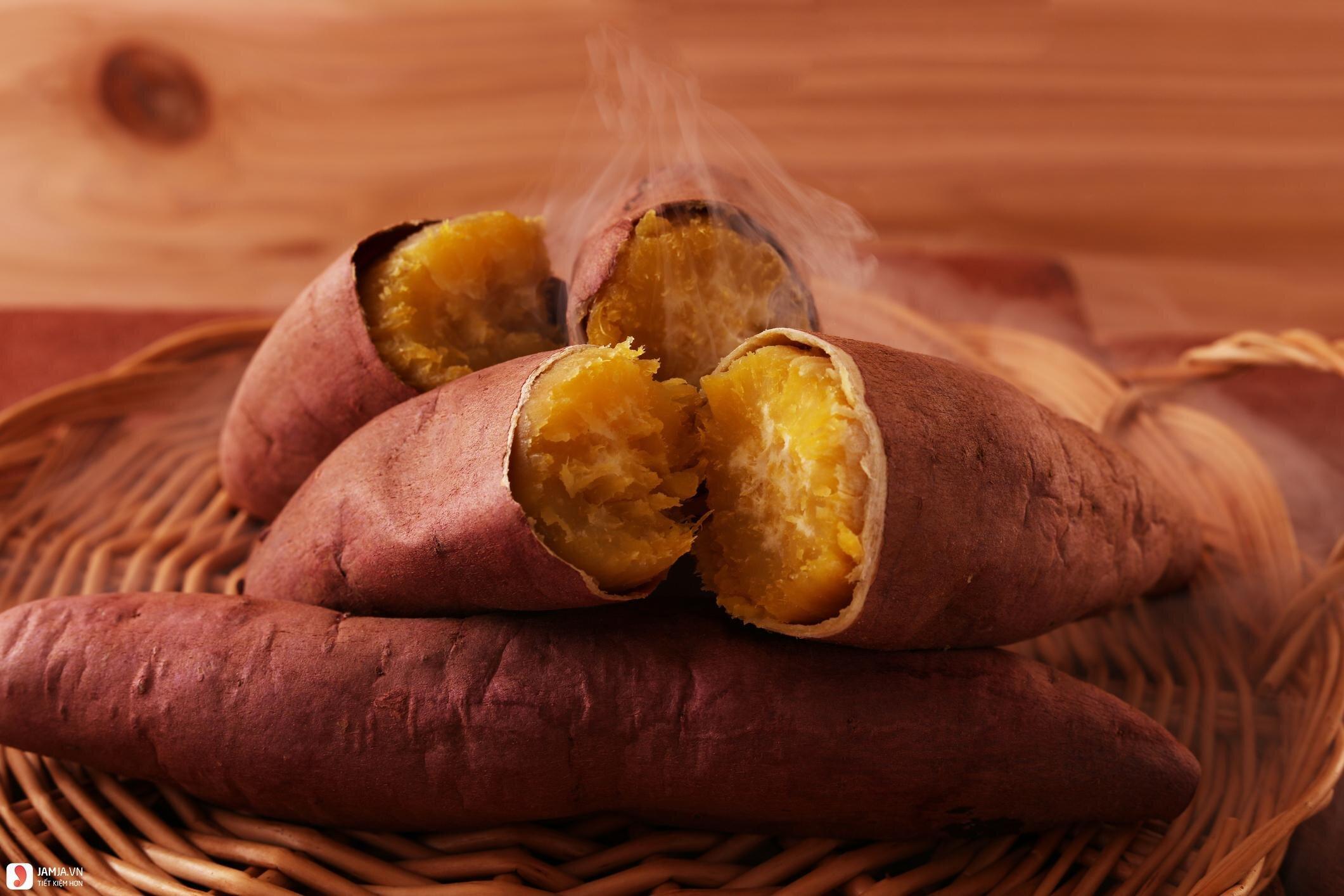 Khoai lang sau khi nướng có màu vàng ươm và mùi thơm nhẹ đặc trưng, hấp dẫn