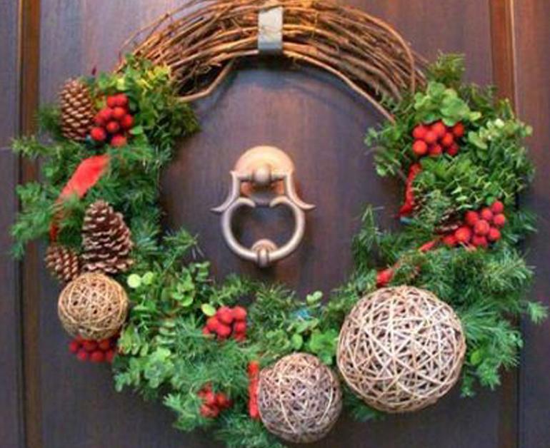 Tận dụng cánh cửa để đặt vòng nguyệt quế giáng sinh
