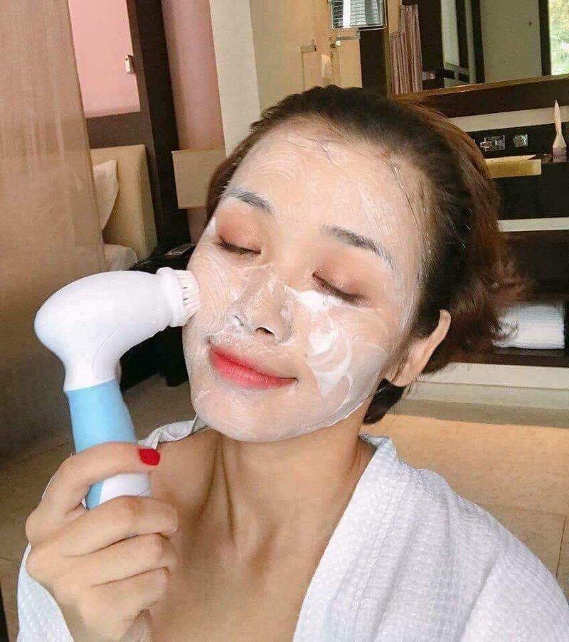 Quá trình thư giãn trong khi làm sạch da với máy rửa mặt 5 in 1