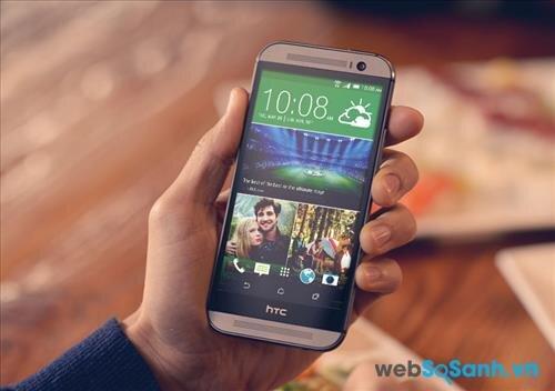 HTC One M8 Eye chạy trên nền hệ điều hành Android 4.4.4 KitKat