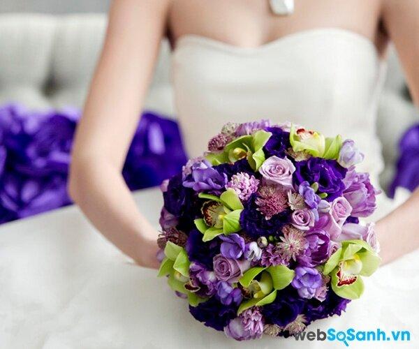 Đối với những bó hoa cưới to bạn nên để thấp xuống ngang hông (ảnh internet)