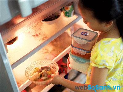 Bỏ hết đồ ăn ra khỏi tủ lạnh trước khi vệ sinh