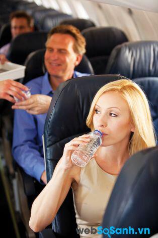 Việc uống nước lọc thường xuyên trong chuyến bay sẽ giúp bạn đỡ bị mỏi mệt và mất nước