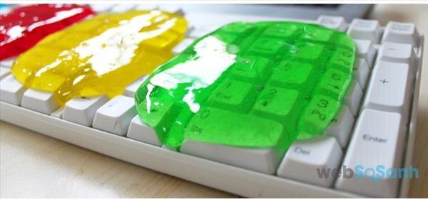 Vệ sinh bàn phím bằng cọ trang điểm hoặc băng keo
