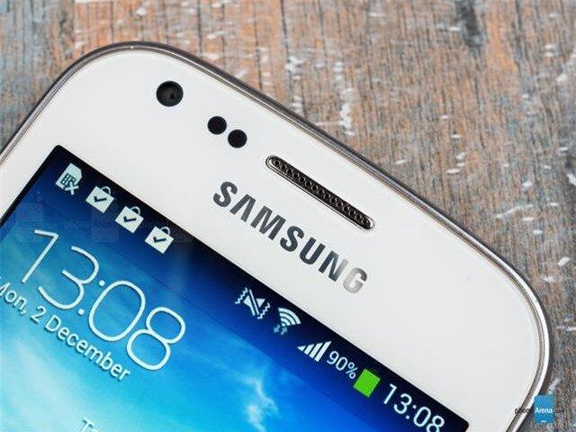 Dải loa thoại, camera phụ, các bộ cảm biến và logo thương hiệu Samsung