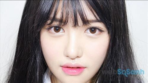 Son môi màu hồng dâu bóng một chút sẽ giúp bạn gái trông trẻ trung và trong sáng hơn