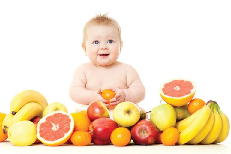 có nên cho trẻ sơ sinh uống nước ép trái cây không