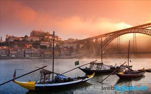 Chút lãng mạn trong chiều hoàng hôn nhuộm tím thành phố Porto