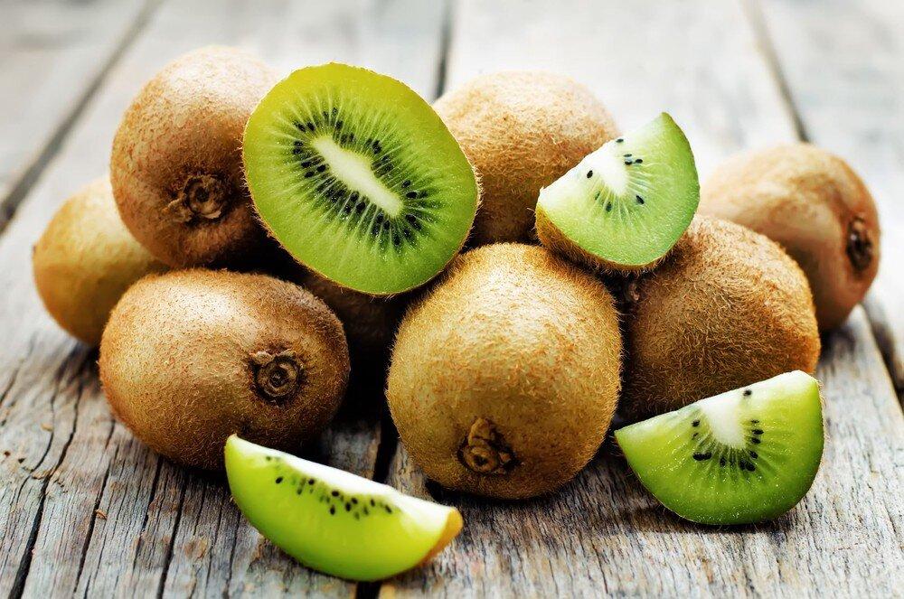 Gọt kiwi để nguyên vỏ giúp miếng kiwi đẹp, không bị nát