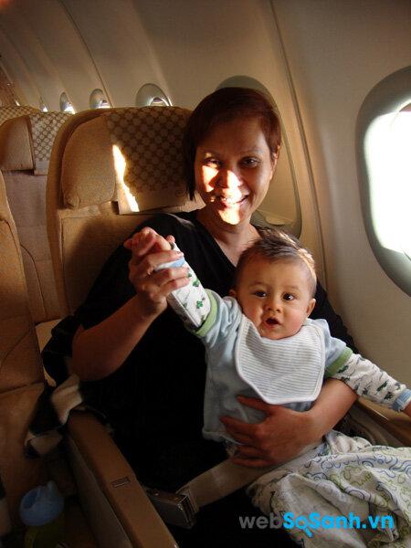 Quy định các hãng hàng không quốc tế không chấp nhận vận chuyển những bé dưới 1 tuổi, còn với hàng không Việt Nam, chỉ những bé trên 14 tuần tuổi mới được đi máy bay