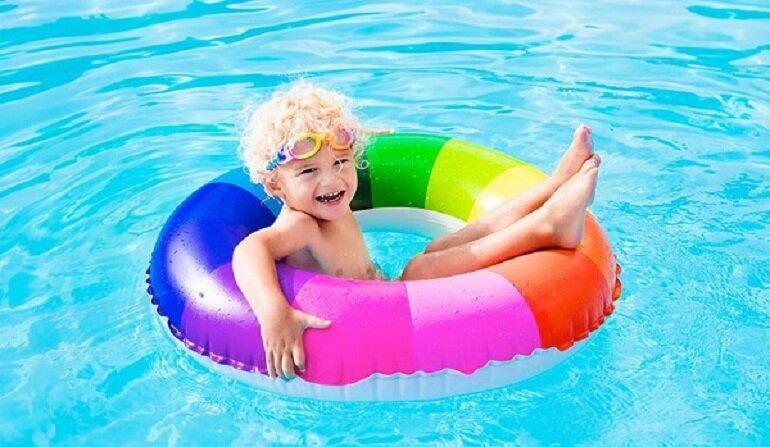 Nên mua phao bơi cho bé của các thương hiệu nổi tiếng và uy tín