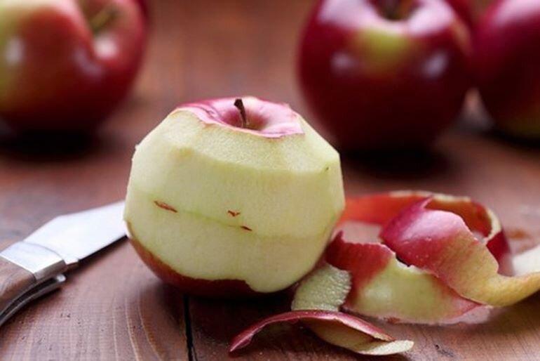 Dùng vỏ táo chữa nồi cơm điện bị cháy. (Nguồn: baomoi.vn)