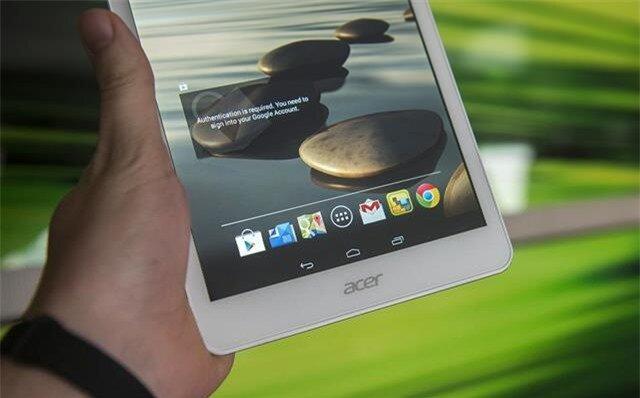 Logo thương hiệu Acer nằm ở viền phía dưới màn hình và phía trên có 3 phím ảo điều hướng truyền thống của Android