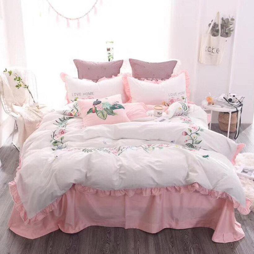 Một bộ chăn ga mềm mại sẽ giúp bạn thư giãn chìm sâu vào giấc ngủ