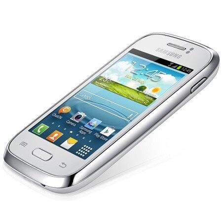 Nắp lưng SamsungGalaxy Young S6310 làm bằng nhựa bóng nên dễ bám vân tay