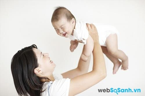 Không nên rung lắc trẻ sơ sinh vì có thể gây hại cho bé