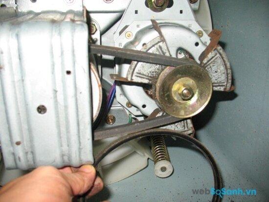 Trước khi thay dây cu-roa cho máy bạn cần ngắt nguồn điện để đảm bảo an toàn (nguồn: internet)