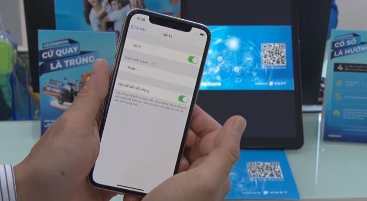 bật wifi trên máy điện thoại iPhone có hỗ trợ eSIM để máy có thể kết nối internet từ đó có thể tải được Profile từ eSIM