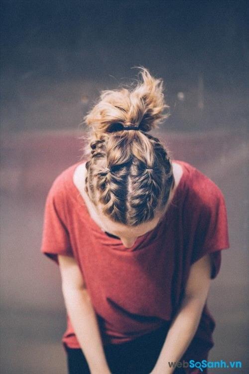 Bạn có thích kiểu tết tóc từ trên đỉnh đầu như thế này không, chắc hẳn sẽ rất phong cách cho mà xem đấy!