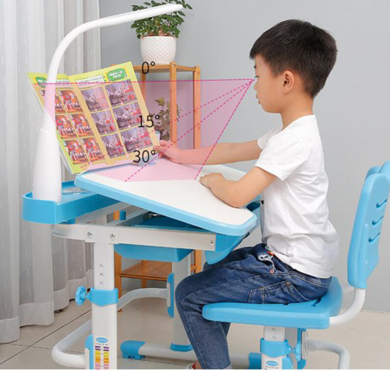 Bàn học thông minh có khả năng chống gù lưng và chống cận hiệu quả cho bé trai