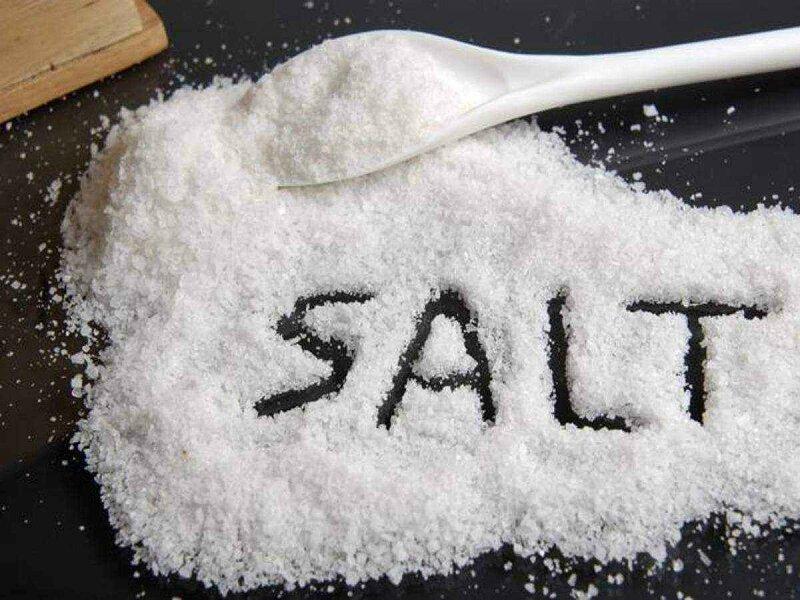 Muối ăn có thể làm sạch vết bẩn trên chảo nhôm