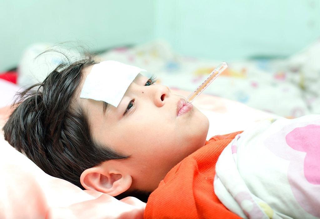 Sử dụng nhiệt kế để kiểm tra nhiệt độ cơ thể bé thường xuyên khi bị ốm