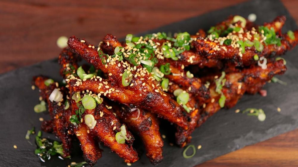 Dùng chân gà nướng cùng các loại nước chấm và rau để tăng cảm nhận vị giác