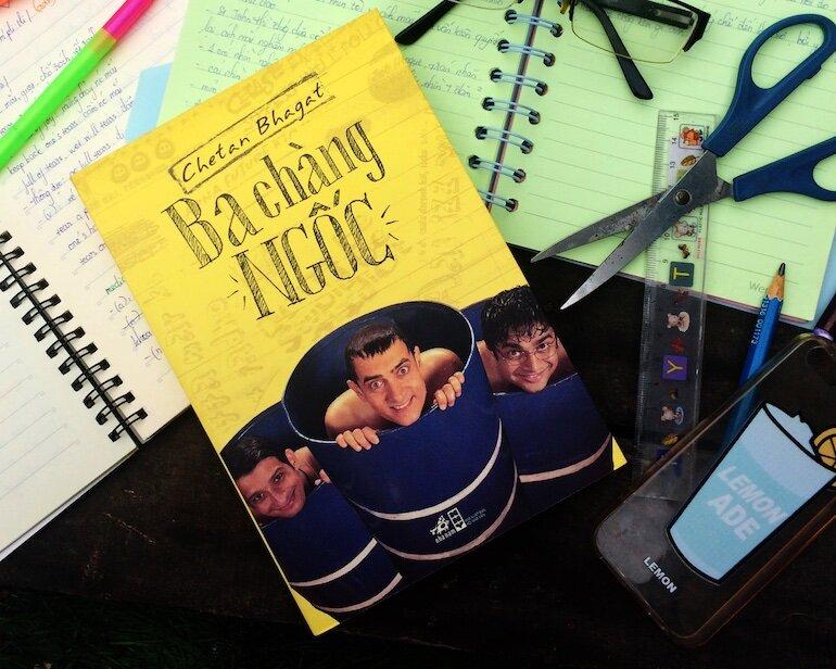 Chắc hẳn khi đọc Ba Chàng Ngốc, bạn sẽ nhớ lại những kỉ niệm đẹp thời sinh viên của mình với những người bạn không thể nào quên.