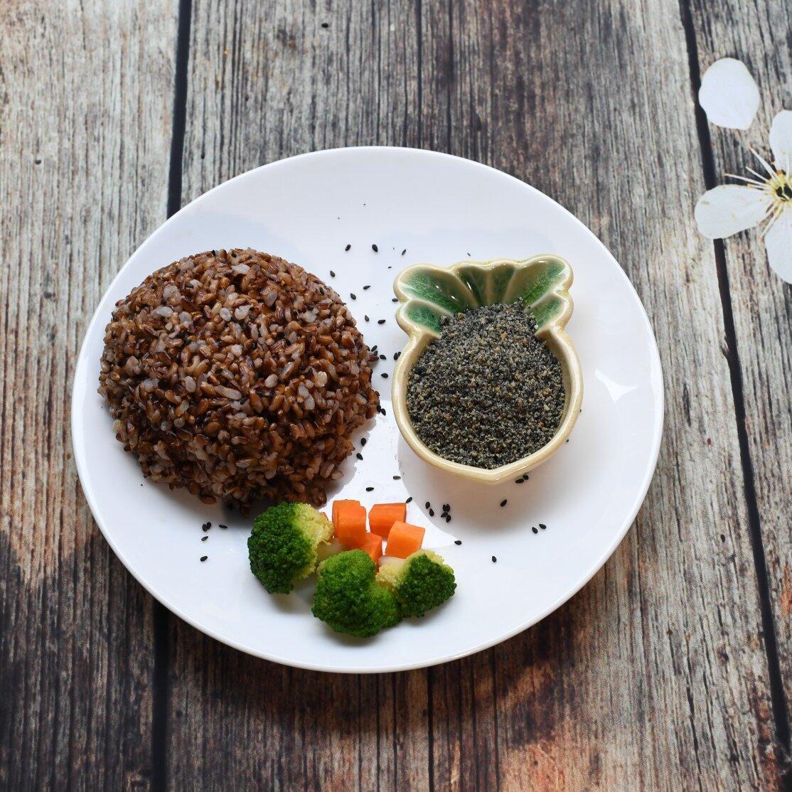 Ăn kèm gạo lứt với muối vừng ngon đúng điệu