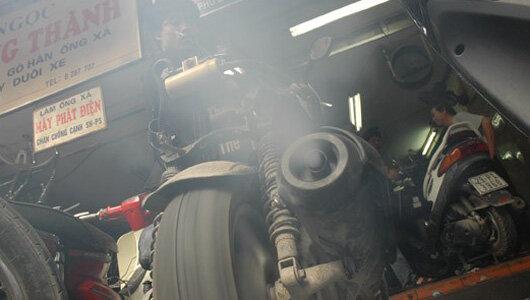 Xe ra khói màu đen là do có một lượng xăng dư thừa không đốt cháy hết và bị thải ra ngoài cùng khí thải