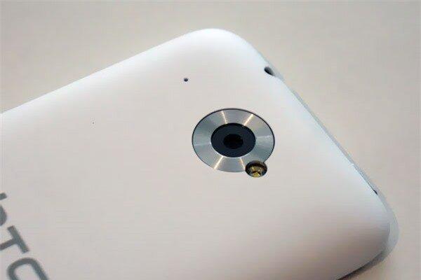 Mặt sau có camera chính 5MP, đèn LED Flash và 1 lỗ Mic