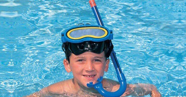 Người mới tập bơi có thể sử dụng kính bơi có ống thở giúp thở dễ dàng hơn khi ở dưới nước