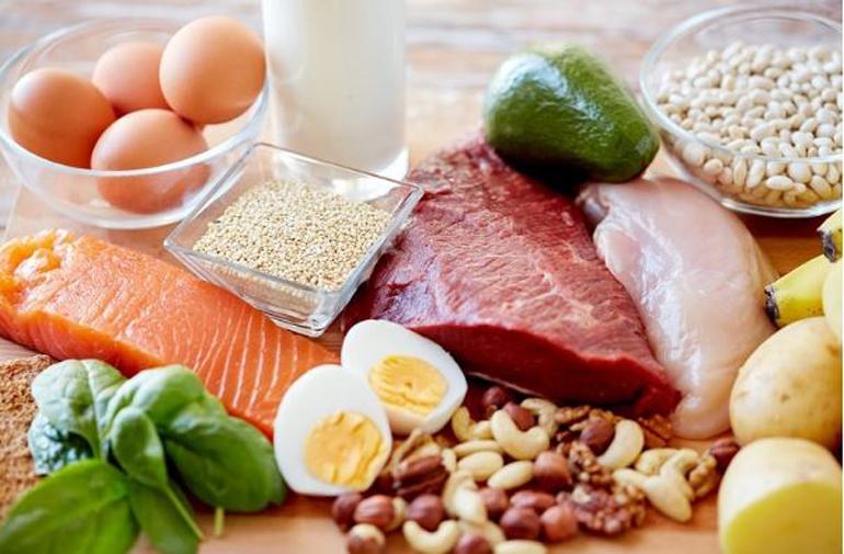 Một số loại thực phẩm giàu chất đạm như thịt nạc, lòng đỏ trứng gà…