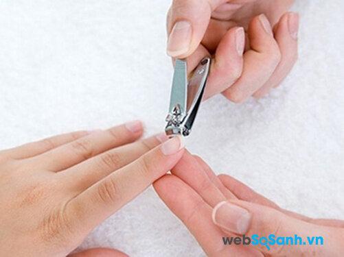 Nên cắt móng tay để tránh gãi ngứa khi bị thủy đậu
