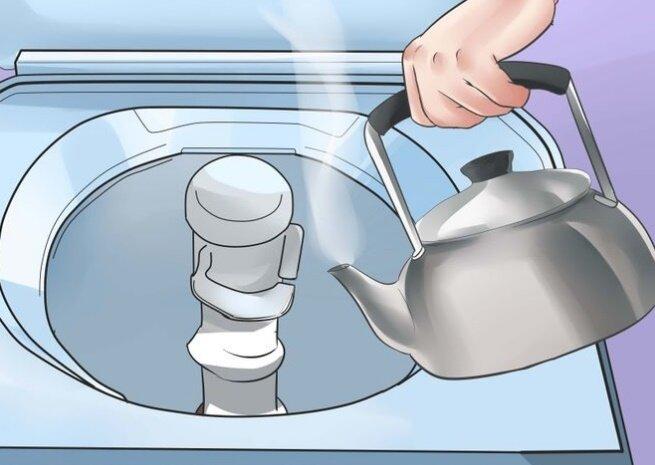 Đổ đầy nước nóng vào thùng giặt