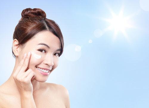 Thoa kem chống nắng giúp ngăn ngừa tác hại của tia cực tím, ngừa lão hóa da